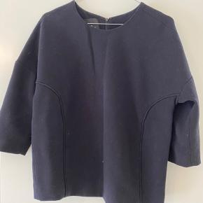 Oversize trøje med trekvart lange ærmer i sort.
