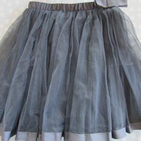 Blå Pompdelux tyl-nederdel, str. 5-6. Den er meget mørkere blå end på billedet. Sælges for 80 kr. pp, men KUN via Mobilepay.