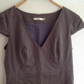 928fc5db068 Str. 38. Super flot Stills kjole med fantastisk pasform. Kjole Farve:  Gråbrun Oprindelig købspris: 1600