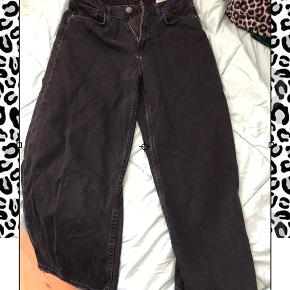 ♡ Sorte jeans, sidder okay tæt omkring lårene og bliver løsere ned af. Spørg endelig hvis der er noget!