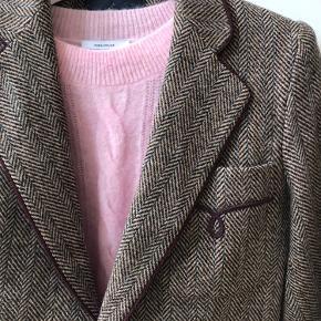 Ralph Lauren tweed blazer i 100 % uld. Brunlig bundfarve med blå stænk og bordeaux røde kantbånd ved ærmer, på lommer og langs revers. Virkelig elegant over en sweater.   US str. 4. Ingen brugstegn.
