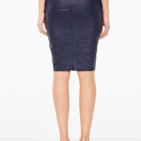 Lækker nederdel fra Malene Birger i mørkeblå. Den er brugt få gange :-)  Den sælges for 900 + porto eller kan afhentes på Østerbro :-)