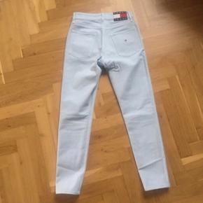 Tommy Hilfiger Jeans 😍❤️ Str W27 / L32 Np: 950kr  Model: Tommy Jeans '90s Baby Blue High Waisted Jeans  De sælges da jeg desværre ikke kan passe dem.  Vil nok sige det svarer til en størrelse s/m
