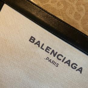 Sælger denne crossbody Balenciaga. Fremstår fin. Dustbag medfølger ✨