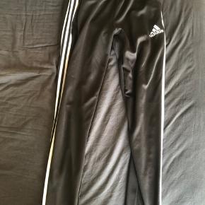 Sælger disse Adidas bukser med hvide striber der er lynlås lommer og lynlås i benene er åben for realistiske bud