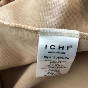 Jeg har ryddet ud i klædeskabet og fundet en masse flotte ting som sælges billigt, finder du flere ting, giver jeg gerne et godt tilbud..............   Ny Elegante bukser med elasik ny og aldrig brugt. Livvidde: 2x 40 cm Længde: 110 cm Nypris 399kr.