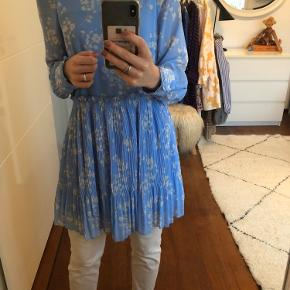 Helt ny ganni ligende kjole med mærke Ny pris er 350 kr Mp er 250 kr eller kom med bud !!