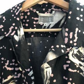 Sælger denne Cav Empt skjorte. Mega lækker kvalitet. Str M, fitter M - L! Eneste flaw er en mindre sygning der er gået op ved brystlommen - Sender gerne billeder. Listet under Bape da TS ikke foreslår Cav Empt - Dertil hører at den er designet af Sk8tching, der startede Bape med Nigo.