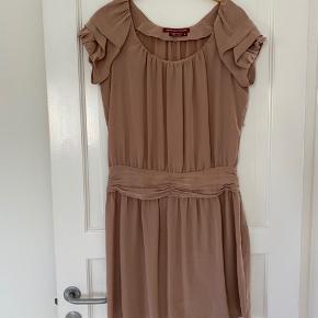 Super smuk silke kjole, brugt 2 gange. Fremstår ny.