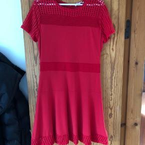 Rød kjole fra Michael Kors, str. L. Aldrig brugt kun prøvet på et få gange. Så god som ny