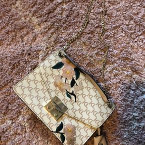 Crossbody taske fra Karl lagerfeldt - købt i New York.  Få brugsspor på spændet foran, ellers intet på standen.