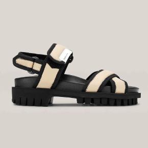 Hiking sandaler fra GANNI i lys nylon.  Str. 40  Sandalerne er aldrig brug og æske medfølger.  Udsolgt på hjemmesiden.   Handels via trendsales og sendes med dao på købers regning.