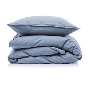 Otherstuff sengetøj i dusty blue i str 140x200 cm. Sengesættet er lavet i 100% vasket bomuld. Jeg har to sengesæt. De er aldrig blevet brugt. Ny pris er 499 kr stk. Sælges helst samlet. Jeg sender gerne. Byd gerne