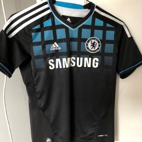 Chelsea udebanetrøje fra sæsonen 2011/12 med nummer 9 - Fernando Torres.   Trøjen er ikke blevet brugt særligt meget og fejler nærmest intet. Kom gerne med et bud eller et spørgsmål Kan også afhentes i Aarhus