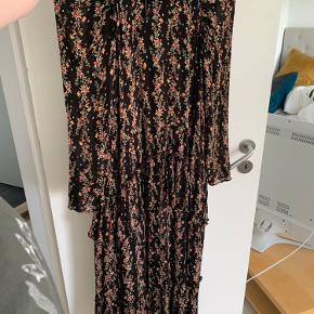 Sælger denne fine kjole fra zara. Kjolen er kun prøvet på, men har ikke kunne bytte den, da jeg bor i Aarhus. Kom gerne med et bud.