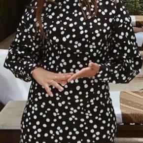 Flot kjole med hvide polkaprikker. Bytter ikke. Handler via mobilepay og sender med DAO.