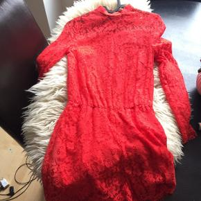 Rød fin playsuit fra H&M, aldrig brugt med prismærke i str. 32. BYD 😁🌸