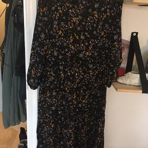 Sød lang, løs og blomstret kjole.  BYD