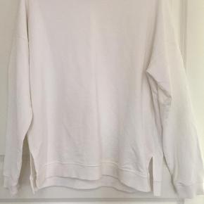Varetype: Sweatshirt Farve: Råhvid Prisen angivet er inklusiv forsendelse.  Vasket en gang men aldrig brugt  Slids i siderne  100 % bomuld