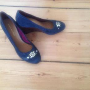 Varetype: Heels Farve: Black Oprindelig købspris: 1199 kr. Prisen angivet er inklusiv forsendelse.  På billedet ser de blå ud men jeg ser dem som sorte med mørkeblå syninger. Kilehæl. Helt nye
