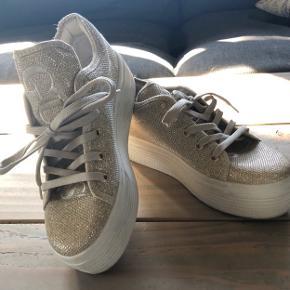 Super lækre Guess plateau sneakers. Købt her på TS- men et brækket ben gør at jeg aldrig nåede at bruge dem.  Sælger ud af sko, da det er få sko jeg nu kan bruge.