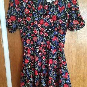 Vidunderligt smuk og flatterende vintage playsuit/kjole.   #trendsalesfund