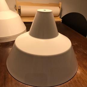 Værkstedslampe skærm fra lyskær Original og retro.  Ingen buler men Div ridser og støv pletter.  Kan vaskes ned eller slibes og lakeres i ønsket farve.  Eller selvfølgelig beholdes original.   Ø35 cm H: 23,5 cm  Kan lev. Med 3m hvid stofledning og porcelænsfatning for 200kr ekstra.   Har 8 stk.  Dansk design værksted pendel lampe