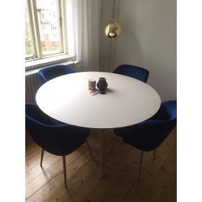 Fire kongeblå velourstole fra Bilka sælges. Nypris var 450 pr stol. Fremstår helt som nye.  Sælger alle fire samlet for 900 kr.