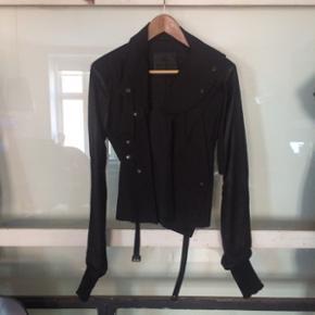 AnnHagen jakke med læderærmer