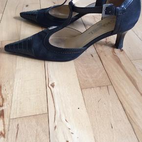 Smukke feminine Chanel sko, sort med logo foran. Str.38 1/2. Nypris 7000,- sælges for 1200,-