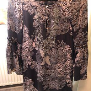 """I den gode ende af """"gmb"""" sælges denne fine kjole med et hav af detaljer og i 100% silke"""