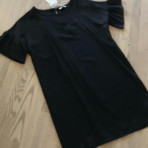 Varetype: Mini Farve: Sort Oprindelig købspris: 900 kr.  Kjolen måler 94 cm i længden, brystmål 58 cm
