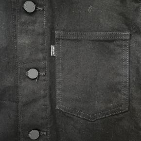 Levi's cowboyjakke i sort, aldrig brugt.