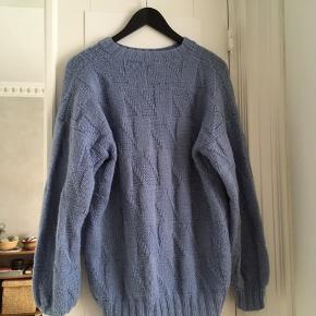 Fin lyseblå oversized sweater, købt brugt, derfor den billige pris.