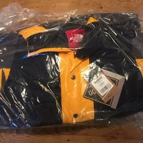 Sort/gul. Bestilt online i dag. Udsolgt med det samme. Supreme/North Face RTG jacket + vest, str. large. Kan sendes eller mødes i København.