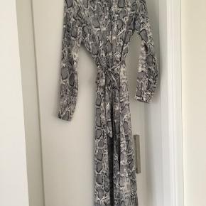 Helt ny kjole fra Frakment i str. XS/S. Kjolen er aldrig brugt, kun vasket. Np var 500 🎈