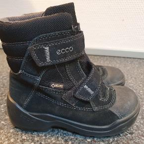 Rigtig fine Ecco vinterstøvler str. 28. Brugt men stadig i meget pæn stand. Sort. Lidt farve tab på snuden. Afhentes i Alslev mellem Varde og Esbjerg eller sender med DAO på købers regning.