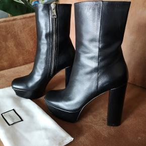Lækre Gucci støvler i sort læder. Brugt få gange og i flot stand. Str 40. Hælen er 13cm med 4cm plateau - meget behagelige trods højden.