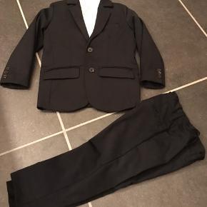 Sort Name it jakkesæt str. 104, inkl. Hvid skjorte str. 98. Brugt 2 gange, fra ikke ryger hjem Afhentes i 6840 eller 6700