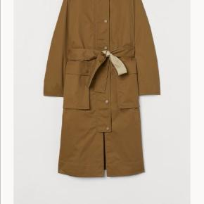 Sælger denne fede jakke/frakke. Jeg har gået med den en enkelt gang, men må erkende den bliver for stor 😁 den kan stadig købes i butikkerne.  Nypris 500 Sælges for 400!