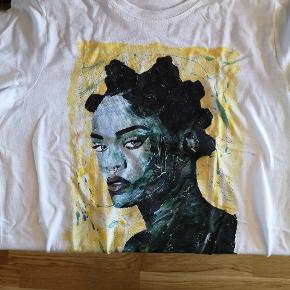 Tshirt med kunstprint af Rihanna fra Art By Bisse. Skal vasket med vrangen ud, og skånsomt. Findes og i størrelse Large