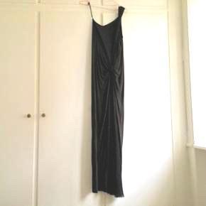 Smuk og utroligt lækker kjole fra COS sælges, brugt én gang til fødselsdag. One shoulder (men glider ikke ned) med ekstra stof foroven indenunder ift. gennemsigtighed - stoffet smyger sig om kroppen på en flot og meget elegant måde. • Bruger selv:  TØJ STR: 34-36 (xs-s) HØJDE: 172 cm SKO: str. 38 stilletter/ 39 flade.  • MobilePay ✅  Sender gerne m. DAO eller Tradono  - men er ekskl. Pris og v. DAO er forudbetaling et must.