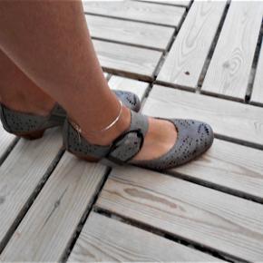 Reiker sko, grå  str. 39. En mellemting mellem næsten son ny og god men brugt Hælhøjde 5 cm. Nypris 599, 95, prismærket  er i skoen