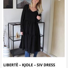 Skøn kjole, kan med fordel bruges over jeans. Brugt en aften. Bytter ikke.