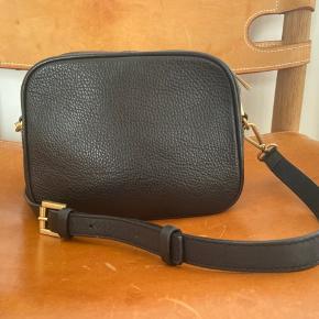 Flot læder taske fra det danske luksusbrand Rodtnes. En lille smule almindelig slid på hængsler. Ellers ser den helt ny ud. Ny pris 500 kr!