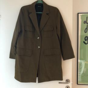 Army grøn jakke fra ZARA. Brugt, men stadig i god stand. Str. S. Bytter ikke.