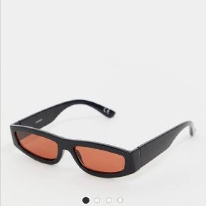 Sorte solbriller med orange skærm fra Asos. Stadig med prismærke.