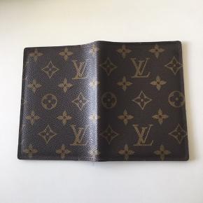 Louis Vuitton  PASSPORT COVER👍 Den har et slid mærke indeni  se billede 👍ellers kun brugt få gange ...pæn stand eller BYD  Æske medfølger men har desværre ikke kvitteringen da det var en gave🎁