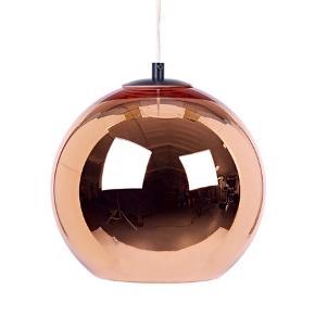 Tom Dixon - Copper Shade pendel 25cm.  Super fin designerlampe fra Tom Dixon i kobber. Bemærk at Copper shade er belagt med et tyndt lag kobber indvendigt, som skaber en stærkt reflekterende overflade med en lækker metallisk glød.  Fremstillingsprocessen bevirker, at der vil kunne forekomme nogle små huller i metal-belægningen, hvilket ikke anses for at være en produktionsfejl eller brugsspor.   Højde: 25 cm Ø: 25 cm Original ledning og sort loftkrave.   Perfekt stand. Sælges pga. flytning