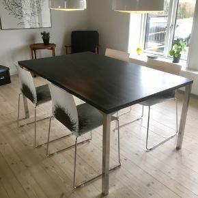 Rigtig fedt spisebord med stole. Købt i Ide Møbler. Nypris: omkring 6000,-. Både bord og stole fremstår som nyt. Målene på bordet B: 100 L: 160 H: 73